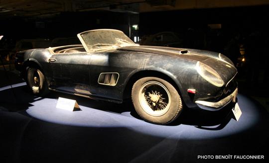 photo de la ferrari 250 GT éclairée sur stand d'exposition