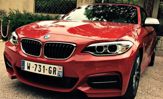 photo de l'avant gros plan de la BMW M235i
